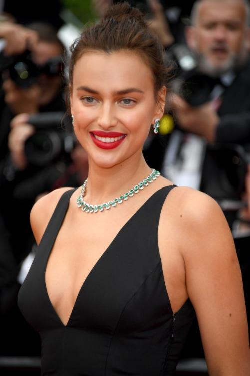 Siêu mẫu người Nga Irina Shayk mang chuỗi dây chuyền và khuyên tai bằng vàng trắng 18 ct đính ngọc lục bảo viền kim cương, thuộc bộ sưu tậpHigh Jewellery.