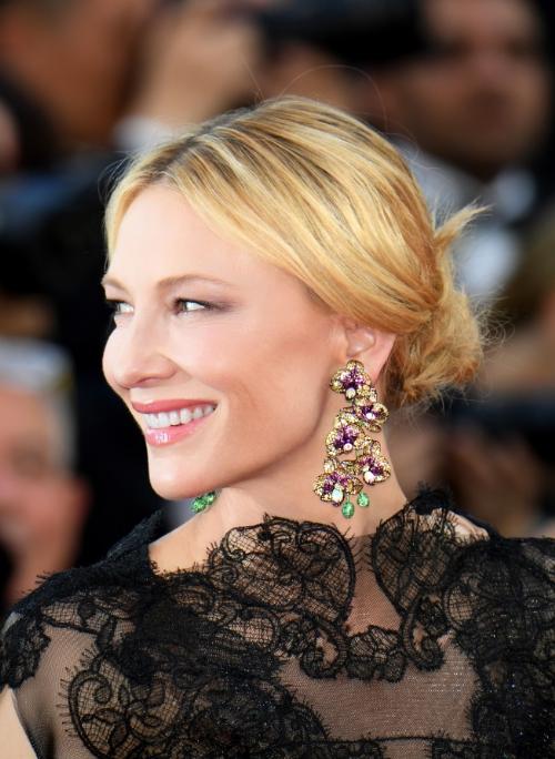 Nữ diễn viên Australia -Chủ tịch Ban giám khảo 2018 Cate Blanchett tỏa sáng với đôi hoa tai hình hoa phong lan trong bộ sưu tập Red Carpet. Hoa tai làm bằng titan, cánh hoa nạm sapphire vàng (42,02 ct), ngọc hồng lựu (24,60 ct), cành và nụ hoa nạm hàng nghìn viên tsavorite xanh lục tinh tế (11,26 ct), một cánh hoa nạm opal trắng.