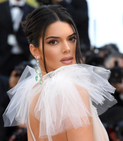 Kendall Jenner đẹp mong manh với hoa tai từ bộ sưu tậpHaute Joaillerie bằng vàng trắng 18 ct nạm những viên ngọc lục bảo hình qua lê (68,01 ct), kim cương (15,32 ct), và nhẫn thuộc bộ sưu tập Red Carpet vàng trắng 18 ct nạm ngọc lục bảo, kim cương, tourmaline.