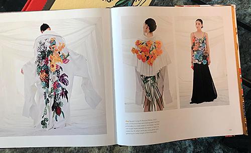 Một số thiết kế đẹp mắt của Em Hoa được đăng trong cuốn sách kèm thông tin về kỹ thuật thêu của Công Trí.