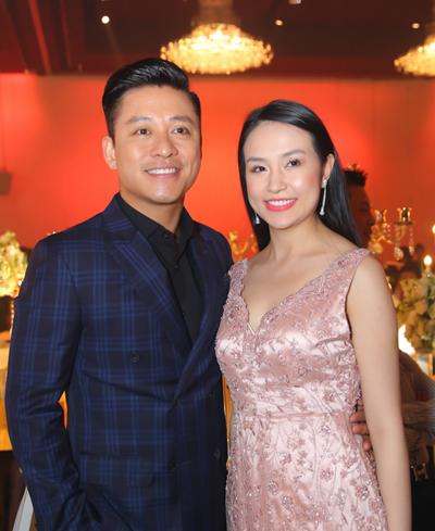 Tuấn Hưng và bà xã Thu Hương dự tiệc cưới bạn. Anh cùng Lâm Vũ có mối quan hệ thân thiết từ những ngày