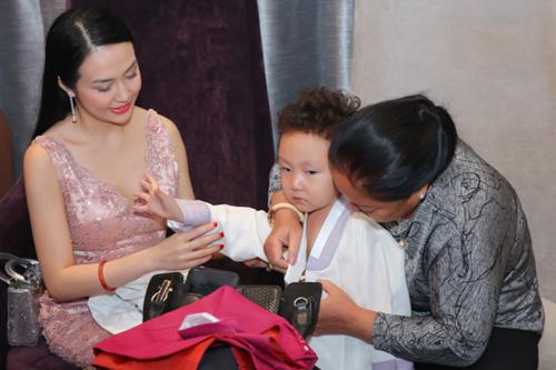 Vợ Tuấn Hưng chăm sóc con trai - bé Su Hào - trước khi vào tiệc.