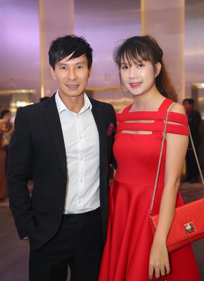 Lý Hải dự tiệc cùng bà xã Minh Hà. Anh gắn bó với Lâm Vũ từ những ngày đầu đi hát, thường xuyên thu âm chung.