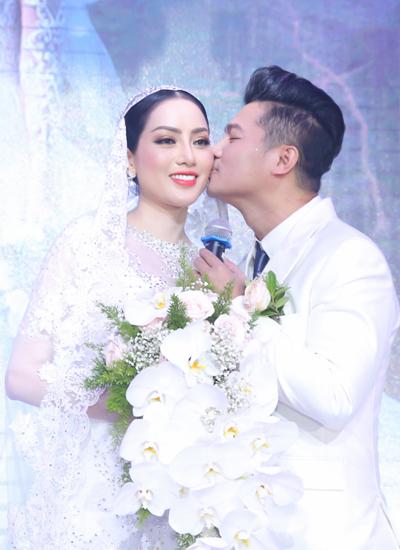 Lâm Vũ kể anh quen vợ tại Las Vegas trong bữa tiệc của một người bạn chung. Với Huỳnh Tiên,