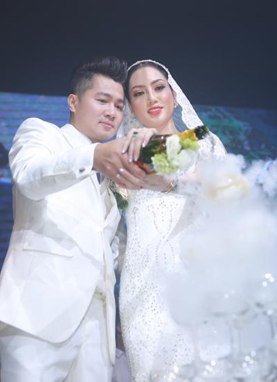 Trong đêm tiệc, Lâm Vũ hát tặng vợ ca khúc Em là vầng trăng của anh. Jennifer Huỳnh dự định hai vợ chồng sẽ đi về giữa Việt Nam và Mỹ để giúp