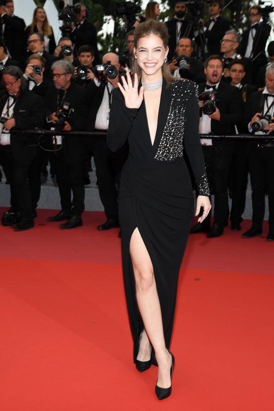 Adriana Lima mặc váy hở ngực trên thảm đỏ Cannes