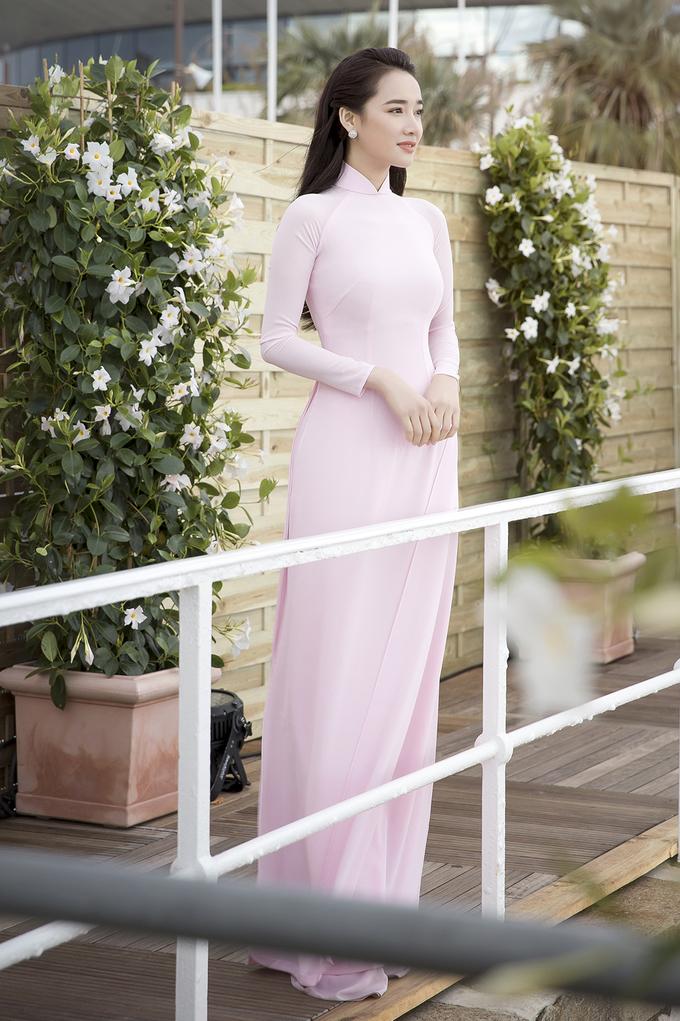 Nhã Phương diện áo dài đến sự kiện ở Cannes