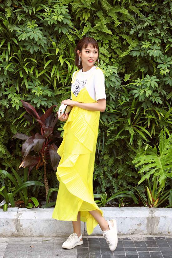 Phí Phương Anh mặc đồ tôn eo thon