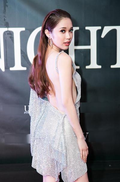 Đến dự tiệc do bầu Vũ Khắc Tiệp tổ chức, Quỳnh Hương chọn váy ánh kim xẻ lưng.