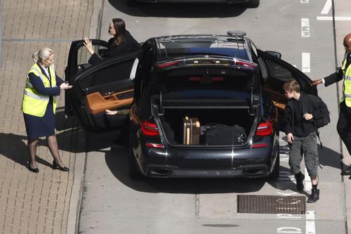 Jolie cùng hai con tới Anh ngày 17/5. Ảnh: Splash.