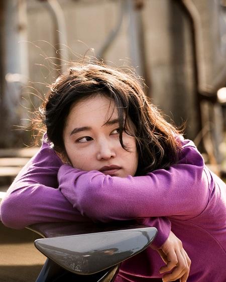 Jun Jong Seo sinh năm 1994, lần đầu chạm ngõ điện ảnh và được khen ngợi với vai cô gái bí ẩntrong Burning.