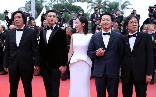 Đoàn phim Burning ra mắt ở Cannes. Từtrái sang: đạo diễn Lee Chang Dong, các diễn viên Yoo Ah In,Jun Jong Seo,Steven Yeun, nhà sản xuấtLee Jun Dong.