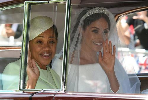 Hôn thê của Hoàng tử Harry cùng mẹ xuất hiện tại hôn lễ. Ảnh: Huffingtonpost.