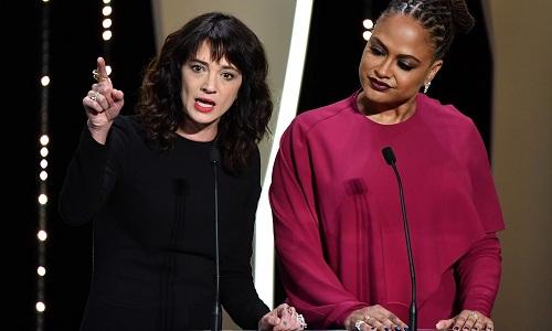 Asia Argento (trái) vàAva DuVernay phát biểu ở lễ trao giải Cannes 2018.