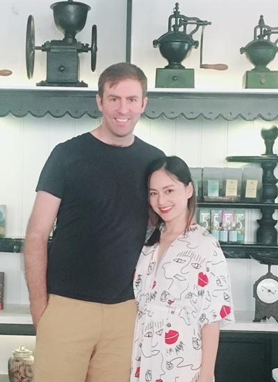 Người đẹp sinh năm 1983 cùng chồng - David