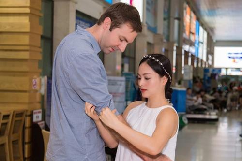 Lan Phương chăm sóc bạn trai ở sân bay lúc mới quen. David làm việc ở Hà Nội còn nữ diễn viên