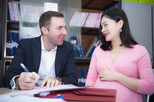 Giữa tháng 5, Lan Phương và chồng đi đăng ký kết hôn. Vợ chồng cô không quan trọng chuyện kết hôn, nhưng đến ngày em bé sắp ra đời, cả hai muốn dành tặng cho con một món quà ý nghĩa.