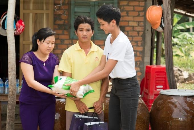 H'Hen Niê đội bao gạo đi tặng dân nghèo