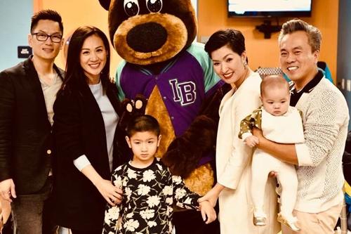 Vợ chồng Hồng Nhung (phải) cùng