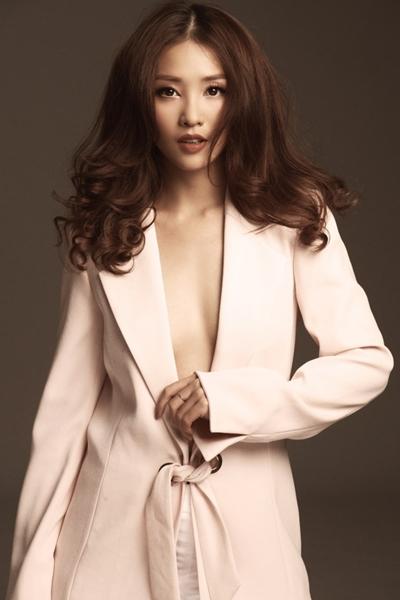 Trong bộ ảnh thời trang được tung cách đây một tháng, Khả Ngân thể hiện sự đằm thắm, quyến rũ của một phụ nữ trưởng thành với mốt không nội y.