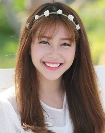 Gương mặt trái xoan với nụ cười tỏa nắng từng giúp cô gái trở thành hiện tượng mạng khi chỉ mới 15 tuổi.