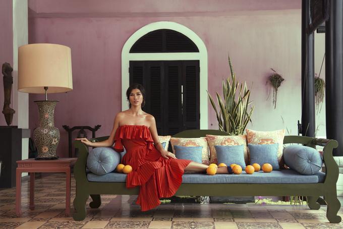 Trang Lạ tạo dáng với váy maxi, áo trễ vai