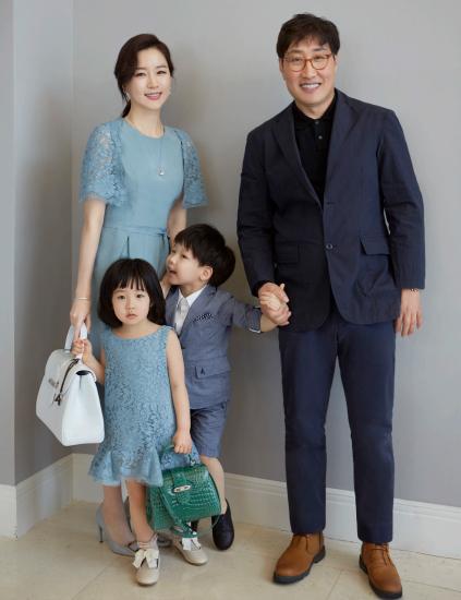 Jung Ho Young kết hôn với Lee Young Ae và có hai con.