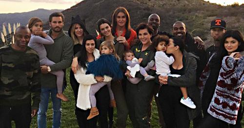 Caitlyn Jenner (áo đỏ) bên các con cháu.