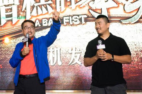 Ngô Mạnh Đạt (trái) và Từ Hiểu Đông tại lễ công bố khởi quay phim hài.
