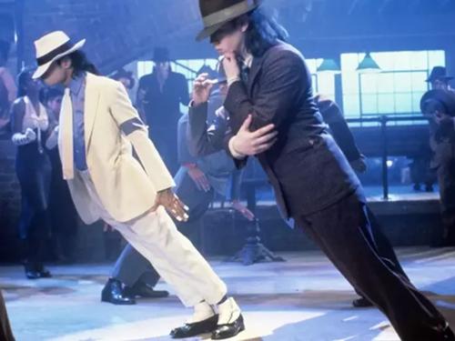 Michael Jackson (áo trắng) ngả người 45 độ trong MV Smooth Criminal.
