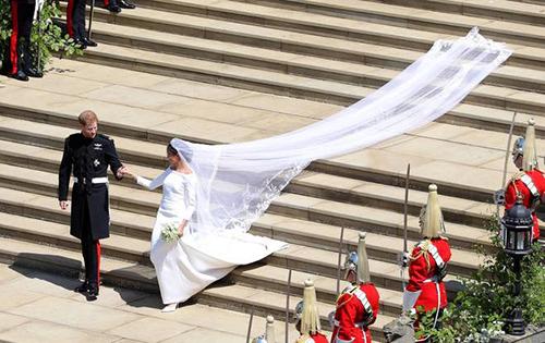 Khăn voan dài 5 m là điểm nhấn đặc biệt ở trang phục cưới của cô dâu Meghan.