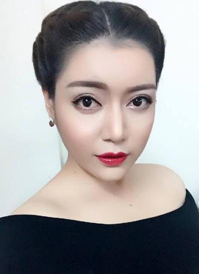 Trong những tấm hình được nữ ca sĩ chia sẻ gần đây, khuôn mặt cô thay đổi liên tục.