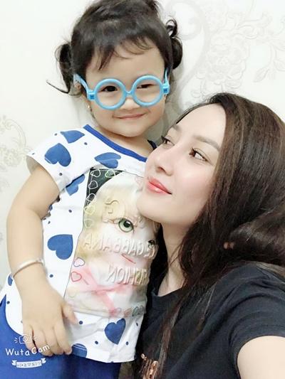 Con gái Hồ Việt Trung bên mẹ.