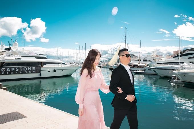Vợ chồng Phí Thùy Linh dạo phố ở Pháp