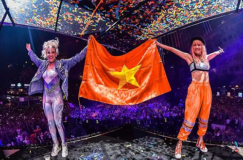 Tối 13/12, đêm nhạc của DJ hàng đầu thế giới người Hà Lan - Armin van Buuren - thu hút tới 15.000 khán giả thủ đô dù điểm tổ chức không ở trung tâm thành phố. Khu đô thị Ecopark được chọn làm địa điểm tổ chức bởi diện tích rộng và không gianh xanh thoáng đãng. Armin xuất hiện lúc 21h45 và biểu diễn liên tiếp trong hai tiếng. Anh là DJ sở hữu lượng fan đông đảo tại Việt Nam. Trong lúc biểu diễn, Armin van Buuren tri ân khán giả bằng cách cầm lá cờ Việt Nam tung bay trong gió, phía dưới là tiếng reo hò của hàng chục nghìn khán giả.