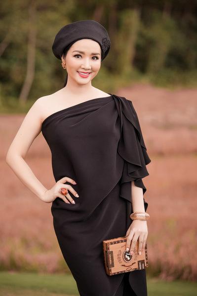 Hoa hậu đền Hùng Giáng My cũng có sự kết hợp độc đáo giữ mũ nồi và chiếc váy đen dài, với điểm nhấn ở chi tiết tạo phom ở cầu vai.