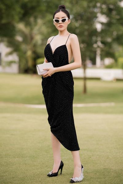 Hoa hậu Việt Nam 2016 Kỳ Duyên gợi cảm với chiếc đầm 2 dây ôm sát khoe đường cong. Sắc đen cổ điển được Đỗ Mạnh Cường làm mới với hoạ tiết chấm bi nhỏ màu trắng trương phản.