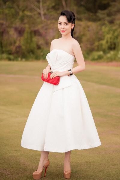 Bộ váy ống của Linh Nga được tạo điểm nhấn với nhữngđường xếp ở phần ngực.