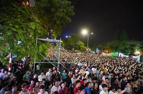 25 nghìn khán giả góp mặt tại phố đi bộ Hồ Gươm, Hà Nội cổ vũ cho các ca sĩ tham gia trình diễn.