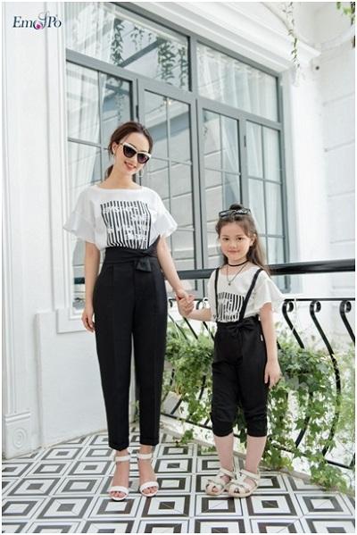 Bên cạnh những mẫu váy nhẹ nhàng, duyên dáng, BST Beside You cho ra mắt các mẫu thiết kế quần vải kết hợp với áo phông in họa tiết năng động và thoải mái, thích hợp cho các buổi picnic, dã ngoại&