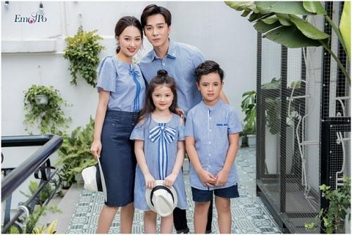 Các set trang phục cho cả gia đình có sự kết nối về màu sắc, kiểu dáng, thể hiện sự kết nối giữa bố, mẹ và các bé. Tuy nhiên, mỗi bộ cánh đều có phong cách riêng phù hợp với từng thành viên.