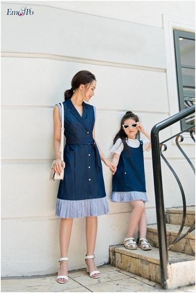 Những thiết kế đuôi cá phá cách khiến bộ trang phục mang vẻ hiện đại, năng động mà vẫn tôn lê dáng uyển chuyển cho mẹ và con gái.