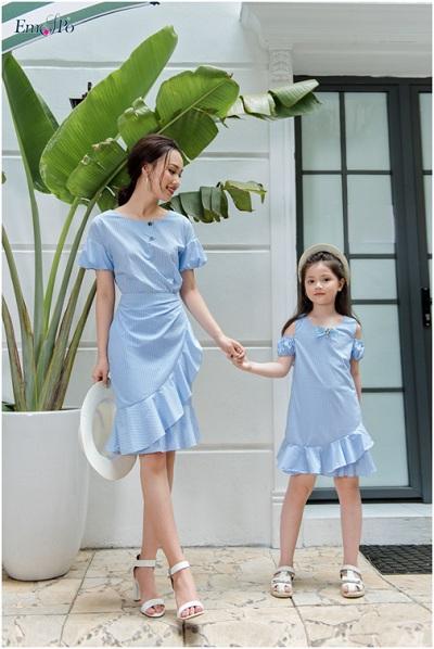 Ngoài ra, mẹ và bé cũng có thể chọn những chiếc đầm với điểm nhấn là phần chân váy bèo dịu dàng và nữ tính.
