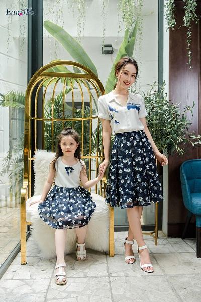 Đầm dàichiffon mỏng, nhẹcùng họa tiết hoa màu sắc rực rỡ trên nền xanh da trời là sự kết hợp dịu mát, phù hợp với những buổi dạo chơi củacả gia đình.