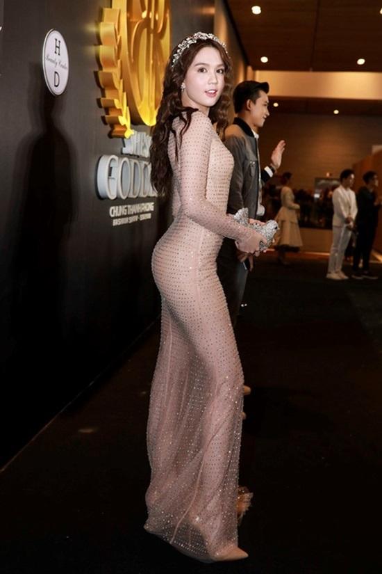 """<p class=""""Normal""""> Đường cong của Ngọc Trinh được tôn tối đa trong bộ váy màu hồng nude.</p>"""