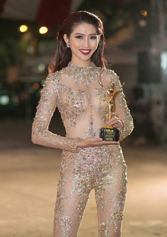 """<p class=""""Normal""""> Tương tự, người mẫu Quỳnh Châu theo đuổi phong cách hở bạo với kiểu trang phục này.</p>"""