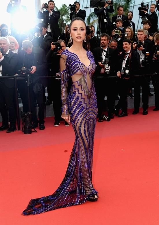 """<p class=""""Normal""""> Xuất hiện ở thảm đỏ Liên hoan phim Cannes (Pháp) vừa qua, <a href=""""https://giaitri.vnexpress.net/photo/sao-dep-sao-xau/vu-ngoc-anh-ho-bao-tren-tham-do-cannes-3750795.html"""" target=""""_blank"""">Vũ Ngọc Anh</a> chọn bộ đầm tím với những khoảng hở dọc cơ thể.</p>"""