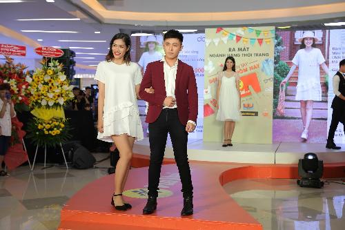 Sự kiện còn có sự tham gia của nhiều ngôi sao như Gin Tuấn Kiệt trong vai trò ca sĩ khiêm& người mẫu thời trang.