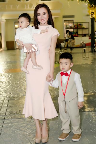 Vy Oanh và hai con trong buổi ra mắt kênh YouTube thiếu nhi.