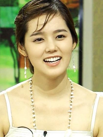 Nhiều phụ nữ Hàn quyết định phẫu thuật thẩm mỹ để mong có được chiếc mũi cao như Han Ga In, một bác sĩ thẩm mỹ kể trên truyền hình.